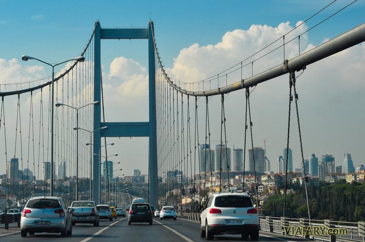 Dejando Asia y entrando en Europa: el puente del Bósforo en Estambul.